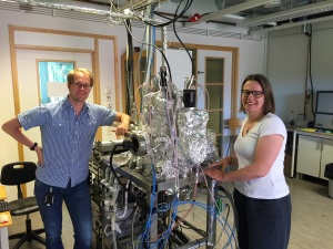 Andreas Frisk and Professor Gabriella Andersson at the sputter system where the samples were grown